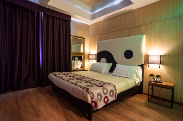 Il dammuso è adatto ad accogliere una coppia grazie alla sua romantica camere da letto con baldacchino. Motel Hotel Camere A Tema