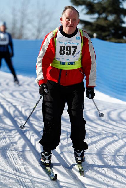 Sven Mogensen på langrendski med startnummer på brystet tage under en konkurrence der hedder Tour of Anchorage og som afholdes hvert år i Alaska. Vi var 19000 deltagere i løbet, her af en håndfuld med synsnedsættelse.