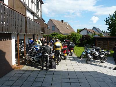 Parkeren achter het hotel. Moto Maestro Motortrainingen