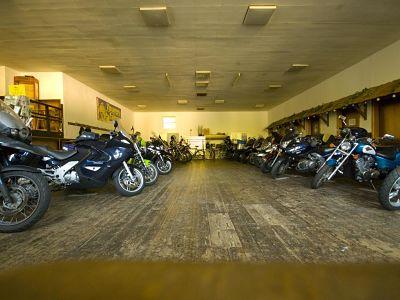 Parkeren bij Hotel Zur Post in Klotten - Moto Maestro Motortrainingen.