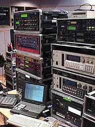 松武さんがスタジオでよく使うシンセ/サンプラー群。これ以外にもラックがいくつか積み上げられています。背面には例のタンスがあります。それにしても、これじゃ前のミキサーの人が見えません(笑)。