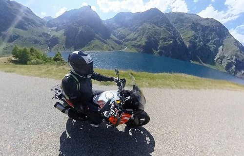 la moto a des capacités pour aller jouer un peu sur les pistes mais elles sont limitées