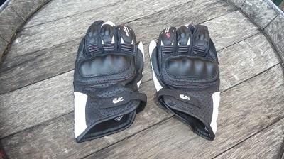 Gants été disponible en noir et en noir/blanc