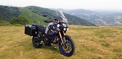 essai ténéré Vue sur le Super Ténéré 1200 au sommet d'une montagne des Pyrénées