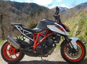 La moto toute propre avec le nettoyant drywash