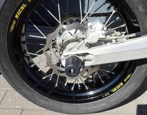 La moto propre et sans rayures sur le vinyl après nettoyant drywash