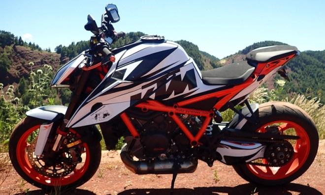 Kit graphique : la moto après la pose côté gauche