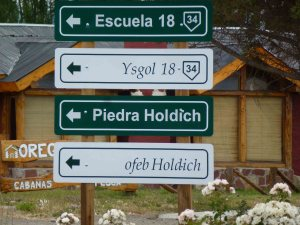 Trevelin road signs in Spanish and Welsh
