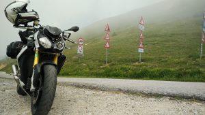 Motorrad vor Verkehrsschildern am Solle die Sampeyre