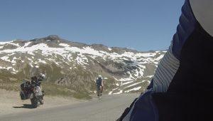 Fahrradfahrer auf der Passhöhe Col d'Iseran