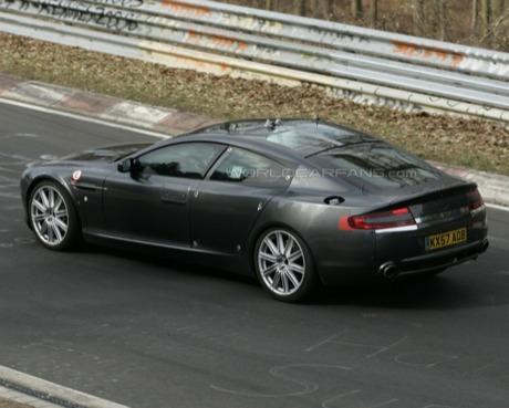 Nuevas fotos espía del Aston Martin Rapide, esta vez con sorpresa