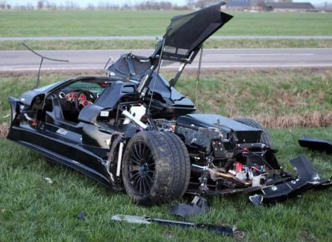 car_crash_20_year_old_driver_destroys_gumpert_apollo_01