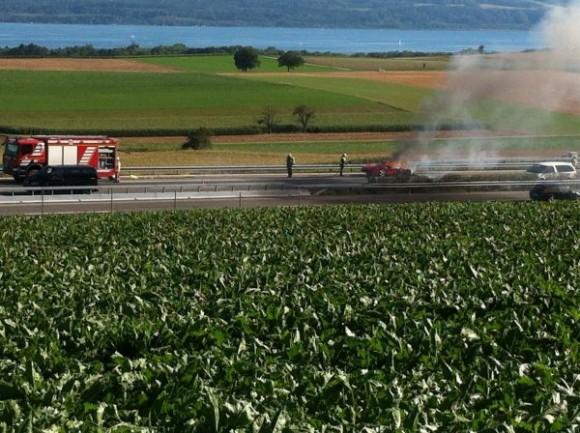 Arde un Ferrari 458 Italia en una carretera Suiza