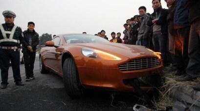 Destrozan un Aston Martin Rapide en China