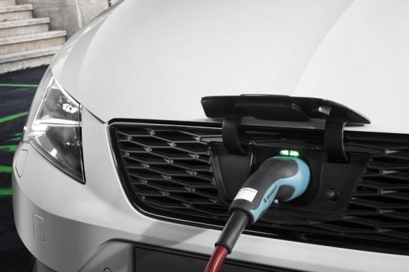 seat-leon-verde-plug-in-hybrid-concept-toma-recarga