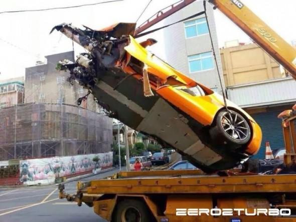 Destrozan un McLaren MP4-12C en Taiwán 2