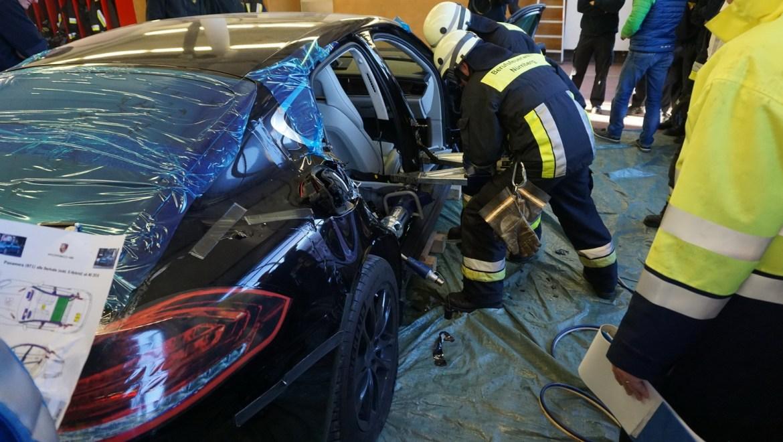 Porsche sacrifica un Panamera para entrenar a un cuerpo de bomberos alemán