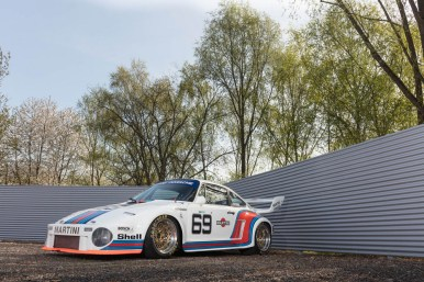 Este Porsche 935 sale a subasta... y viene acompañado de una Volkswagen T2 con la misma decoración Martini