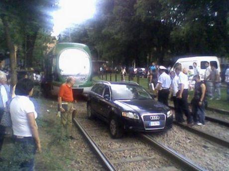 Audi A4 en las vías del tren