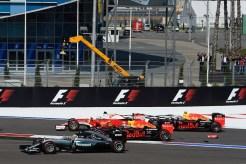 Kvyat tampona Vettel
