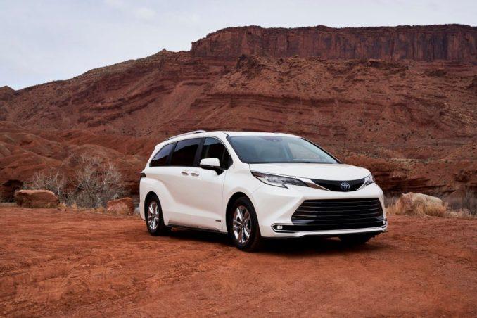 سيارة تويوتا سيينا 2021 بيضاء في منطقة صحراوية.