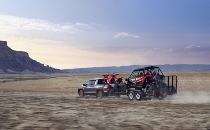 2021 Honda Ridgeline HPD تسحب دراجتين ترابيتين و UTV عبر الصحراء