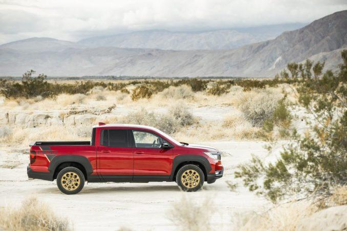 ريدجلاين هوندا الأحمر متوقفة في الصحراء.  هذا هو نفس الطراز واللون كما كان لدينا في مراجعة 2021 Honda Ridgeline