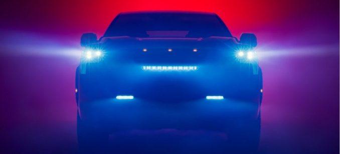 سيارة تويوتا تندرا 2022 مظللة بخلفية ملونة.