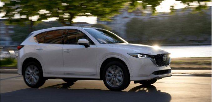 سيارة مازدا CX-5 بيضاء موديل 2022 تقودها المياه.