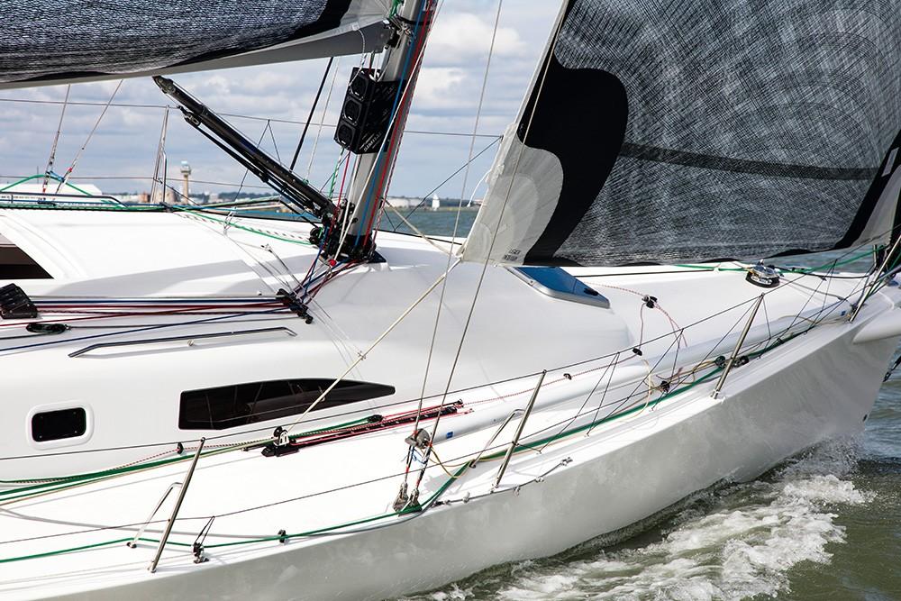 J/111'den biraz daha küçük floğu bu tekneyi daha kolay kullanmayı sağlarken IRC rating'ini de düşürüyor.