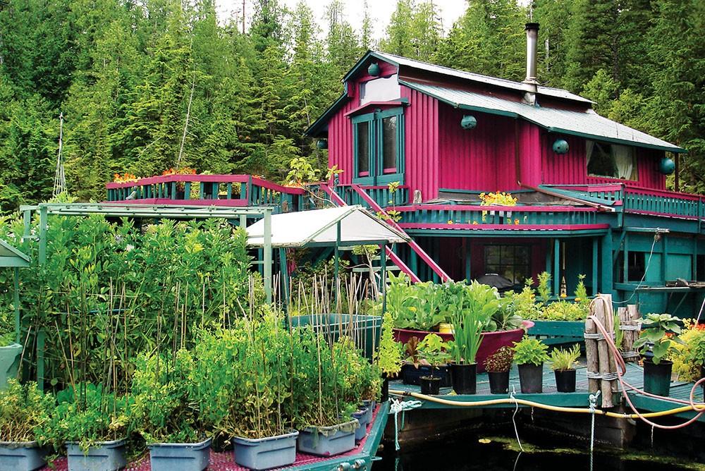 Bu yüzen ada yapı sera, mutfak ve yaşam alanları içeren 12 bölümden oluşuyor.