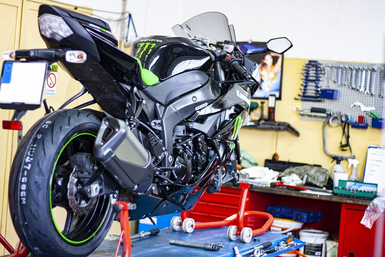changing motorcycle tyres