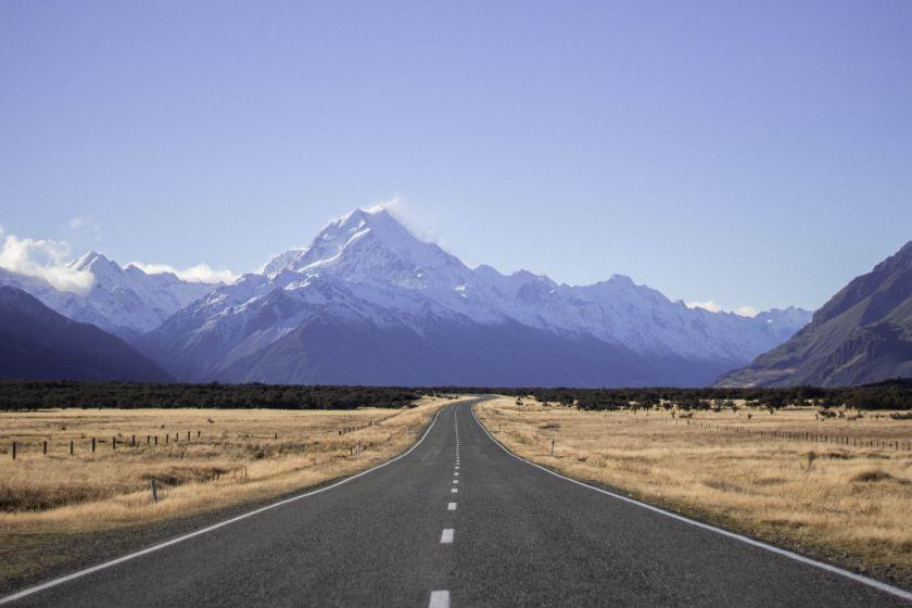 山に向かって伸びる一本道の画像