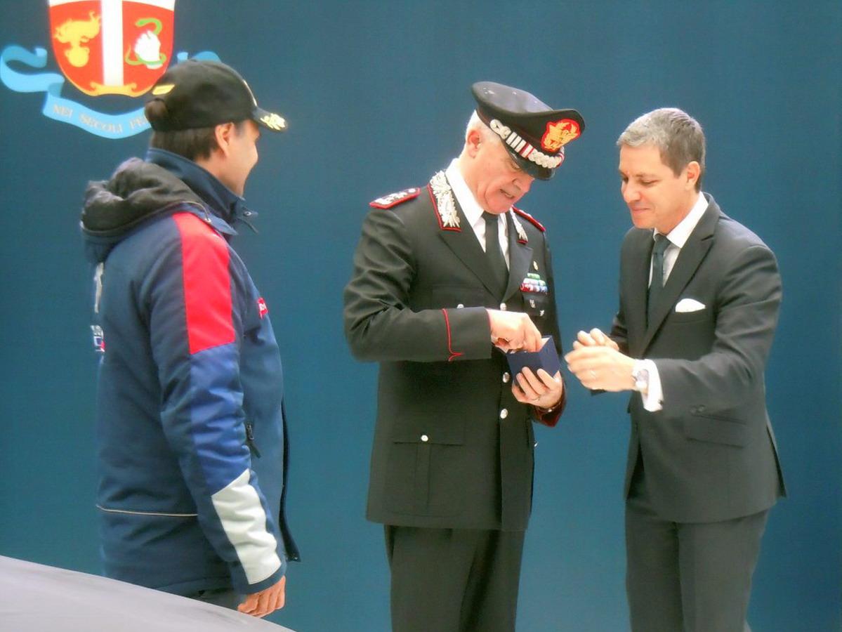 Il Direttore Generale di PSA Groupe Italia Massimo Roserba mentre consegna le chiavi della 308 GTi al Comandante Generale Tullio Del Sette