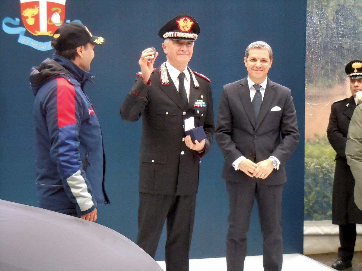 Il Comandante Generale dell'Arma dei Carabinieri Tullio Del Sette mostra le chiavi della Peugeot 308 GTi che entrerà in servizio tra poche ore