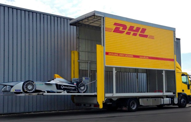 Motori360_DHL-FormulaE-Roma_car+put+into+truck