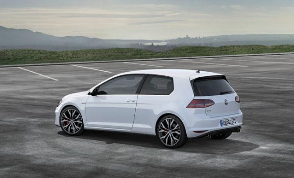 volkswagen-golf-car-of-the-year-2013-1