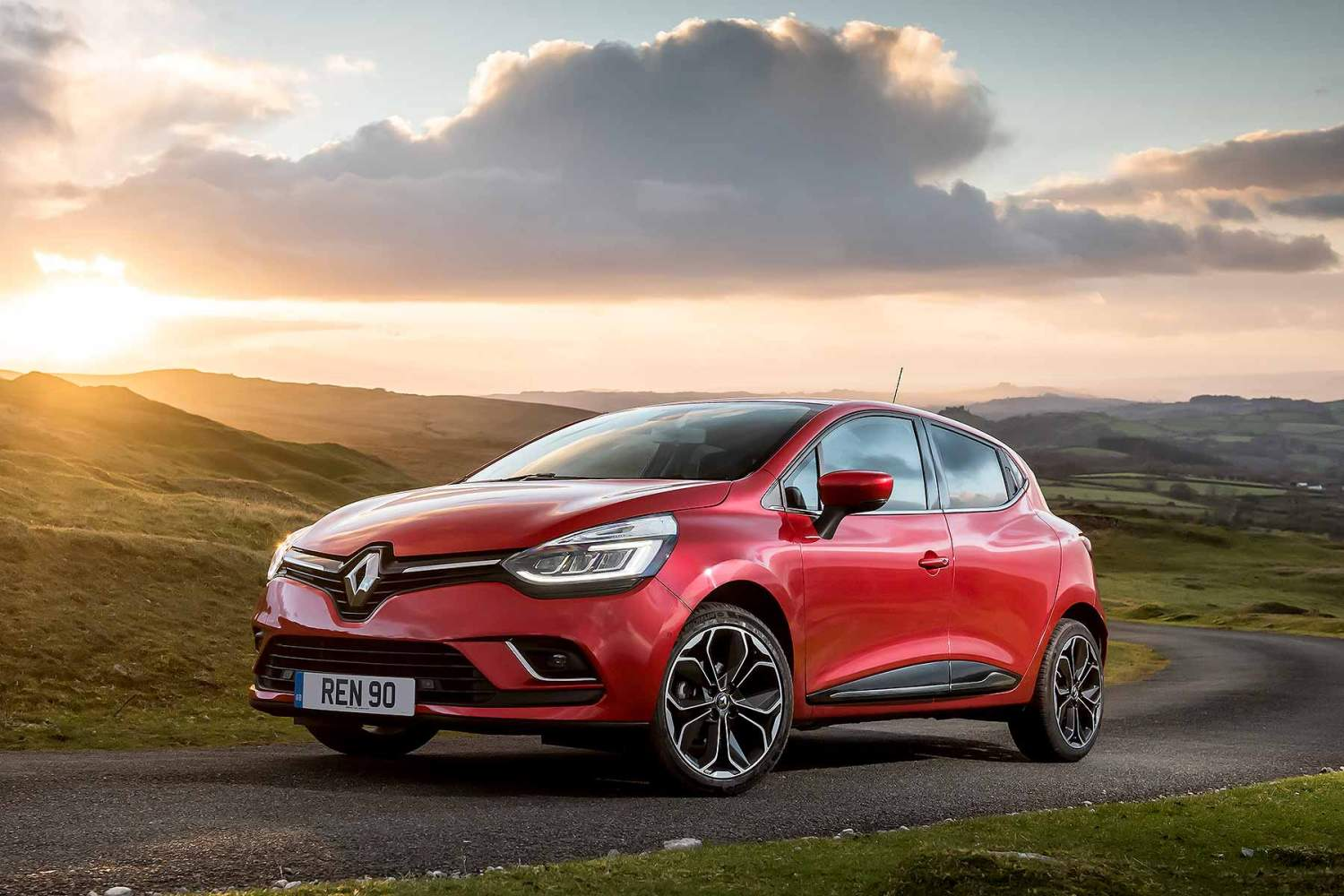 renault simplifies clio captur megane range for 2018. Black Bedroom Furniture Sets. Home Design Ideas