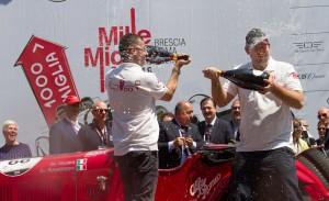 la-squadra-ufficiale-alfa-romeo-sul-podio-della-mille-miglia-2014-140513_mm_01