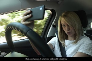 1-giovane-su-4-scatta-selfie-durante-la-guida-woman_selfie_001