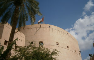 NIZWA Fort- bastioni e bandiera