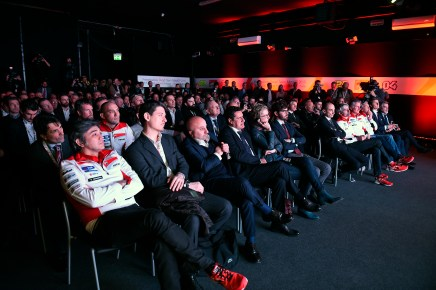 3-Ducati_MotoGP_Team_2015_Presentation_23