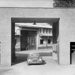 La 125 S é posizionata all'entrata della fabbrica Ferrari.