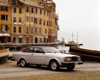 5962_Una_262_C_con_design_Bertone_in_un_ambientazione_italiana_1977