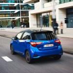 2017-toyota-yaris-hybrid-blue-dynamic-30