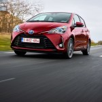 2017-toyota-yaris-hybrid-red-dynamic-08