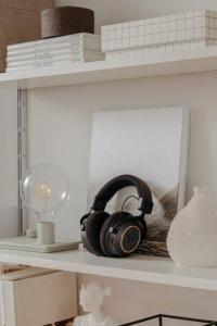 PIC_Amiron-wireless-Copper_19-07_bookshelf-mood_v01