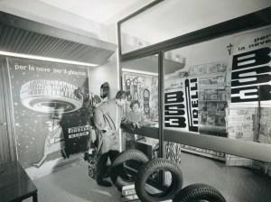 Box Pirelli su autostrada_ 1961_Publifoto_607