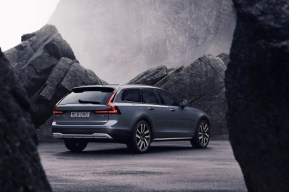 262610_The_refreshed_Volvo_V90_Cross_Country_Recharge_T8_plug-in_hybrid_in_Thunder