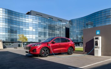 2019_FORD_KUGA_SIDE_CHARGING-LOW